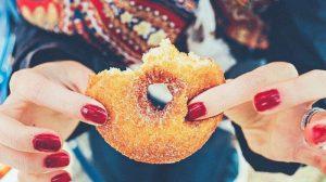 Makan Pakai Tangan Terbukti Secara Ilmiah Bikin Berat Badan Cepat Naik, Kok Bisa?