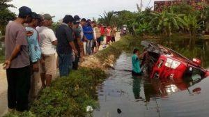 Menelepon Saat Nyetir, Pengemudi Minibus Isuzu Elf Nyemplung ke Area Tambak di Lamongan